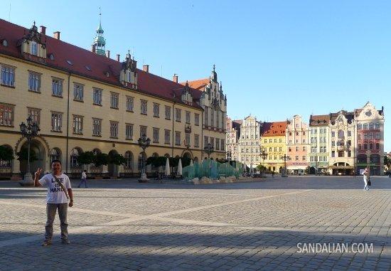 Mengunjungi markas Opera di Polandia